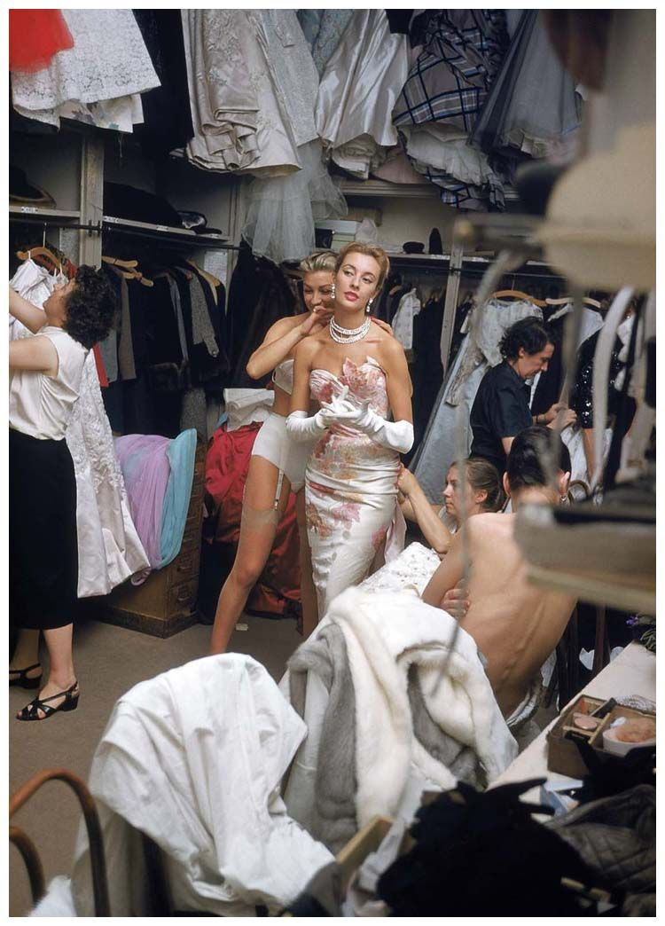 photo-mark-shaw-white-gown-and-pearls-backstage-at-pierre-balmain-8-paris-1954