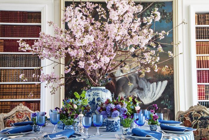 carolyne-roehm-blue-and-white-tablescape-library